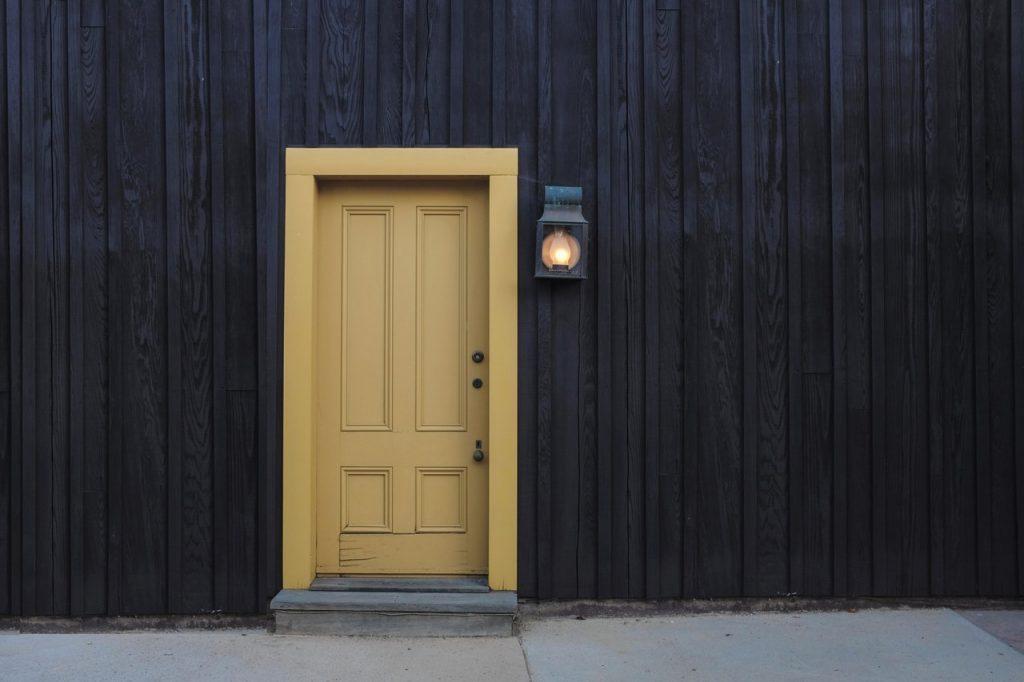жълта входна врата